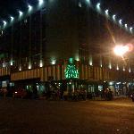 Frente del hotel, por la noche.2011.