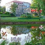 Vue de l'hôtel côté jardin public