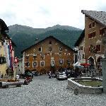 Ansicht des Hotels am engadiner Dorfplatz
