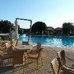 Pool am Restaurant und Reihenpungalows