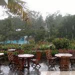 stesso giorno vista sul giardino sotto la pioggia