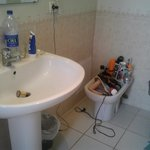 salle de bain pas renovée pas de place pour poser ces affaires