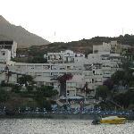 Hôtel et plage vue du port