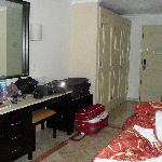 o quarto é bem espaçoso, com movéis antigos, mas bons!