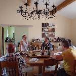 Attention et concentration pour succulente dégustation de vins du Minervois