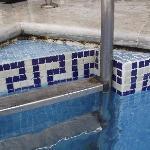 pequeña piscina spa muy sucia, moho