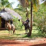 lucia y mari montando caballo