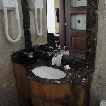 Lavabo avec sèche cheveux (pas pratique il chauffe vite!)