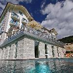 Blick aus dem Pool aufs Hotel