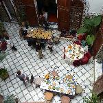 les tables dressées pour le déjeuner