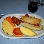 Empanada di formaggio con frutta e avocado