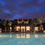 Villa et piscine de nuit