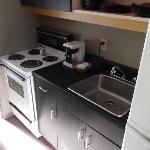 Küchenzeile, rechts großer Kühlschrank mit Tiefkühlfach