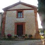 Entrée, vue sur l'église San Michele Archangelo du XIIème siècle, parking privatif à droite