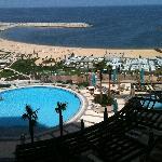 Blick aus dem Zimmer auf Hotelpool und -strand