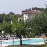 La piscina è dotata di due parti,di cui una destinata agli adulti,e la seconda ideata per i bamb