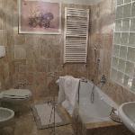 Grosses Badezimmer mit Wanne