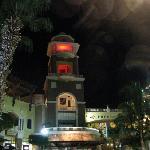 la plaza frente a la Marina de noche ,todo caminando y tranquilo.