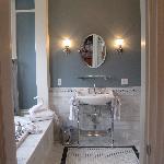 Beatrice room bathroom
