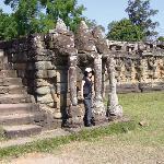 「象のテラス」は王宮前広場に面して南北方向に延々と続く長大なテラスの呼び名