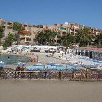 L'hotel vu de la petite plage