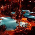 Zona de piscinas de noche