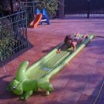 il cortile e' pieno di giochi per bambini e le figlie di Giusi e Fabrizio sono molto ospitali e