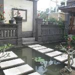 La petite mare (poissons de jour, grenouilles la nuit) pour pénétrer dans les villas
