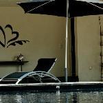 La piscine chauffée couverte ou découverte selon le temps et le Hammam.