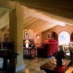 Amplios salones con chimeneas encendidas en otoño y en invierno