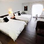 Chambre au nom de Rod Stuart, 2 lits Quenn, porte patio, plancher de bois