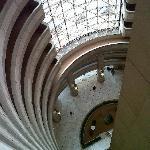 vista desde los pasillos hacia el looby