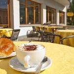 Terrasse mit Cappuccino