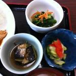 定食に付く日替わりの小鉢も本格的な味◎