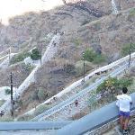 la lunga scalinata che da Fira va al porticciolo