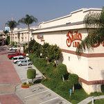 Shilo Inns Pomona Hilltop Entrance