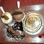 Trionfo di dolci con tortino al cioccolato caldo