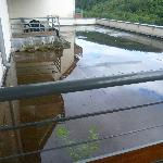 la vue côté golf est gachée par la configuration des balcon : flaques partouts