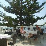 Petit déjeuner zen en terrasse avec sa vue sur mer