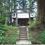 並木の中の神社