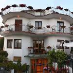 La famiglia Acampora è lieta di poterVi dare il benvenuto presso l'Hotel Due Torri***.
