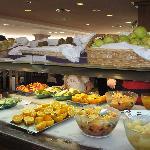 Mucha variedad fruta tanto desayuno como cena