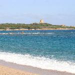 Spiaggia di Aglientu. Sullo sfondo la torre spagnola