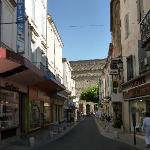 Le Théâtre Antique au bout de la rue Caristie