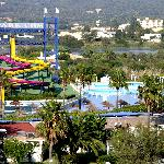 Partie droite des attractions et piscine à vagues