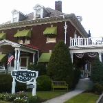the outside of the Olde Square Inn