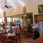 Restorante terraza (bufffet) ..prenez  place pres des fenetres,il fait moins chaud !