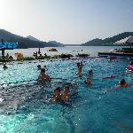 la piscina in riva al lago al tramonto