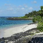 la spiaggia e il mare davati a maison d'ètè