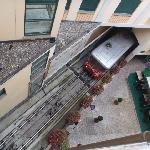 窓の下にケーブルカーの駅!